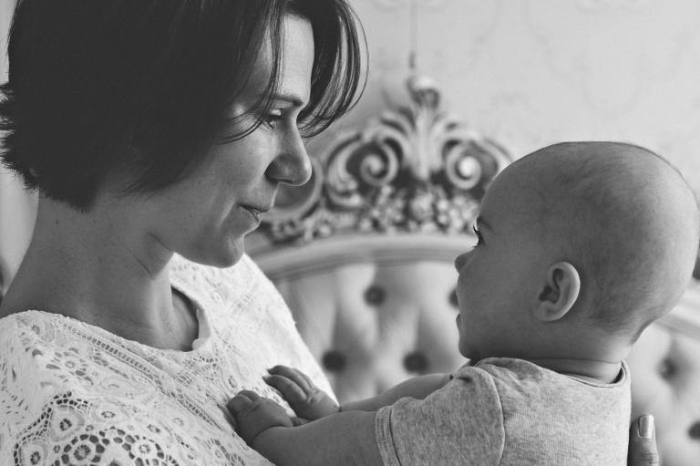 Mama & Baby Fotos in Bamberg von Catherine Schmitt // Schwarz-Weiß-Foto Mutter & Baby // www.catherineschmitt.de