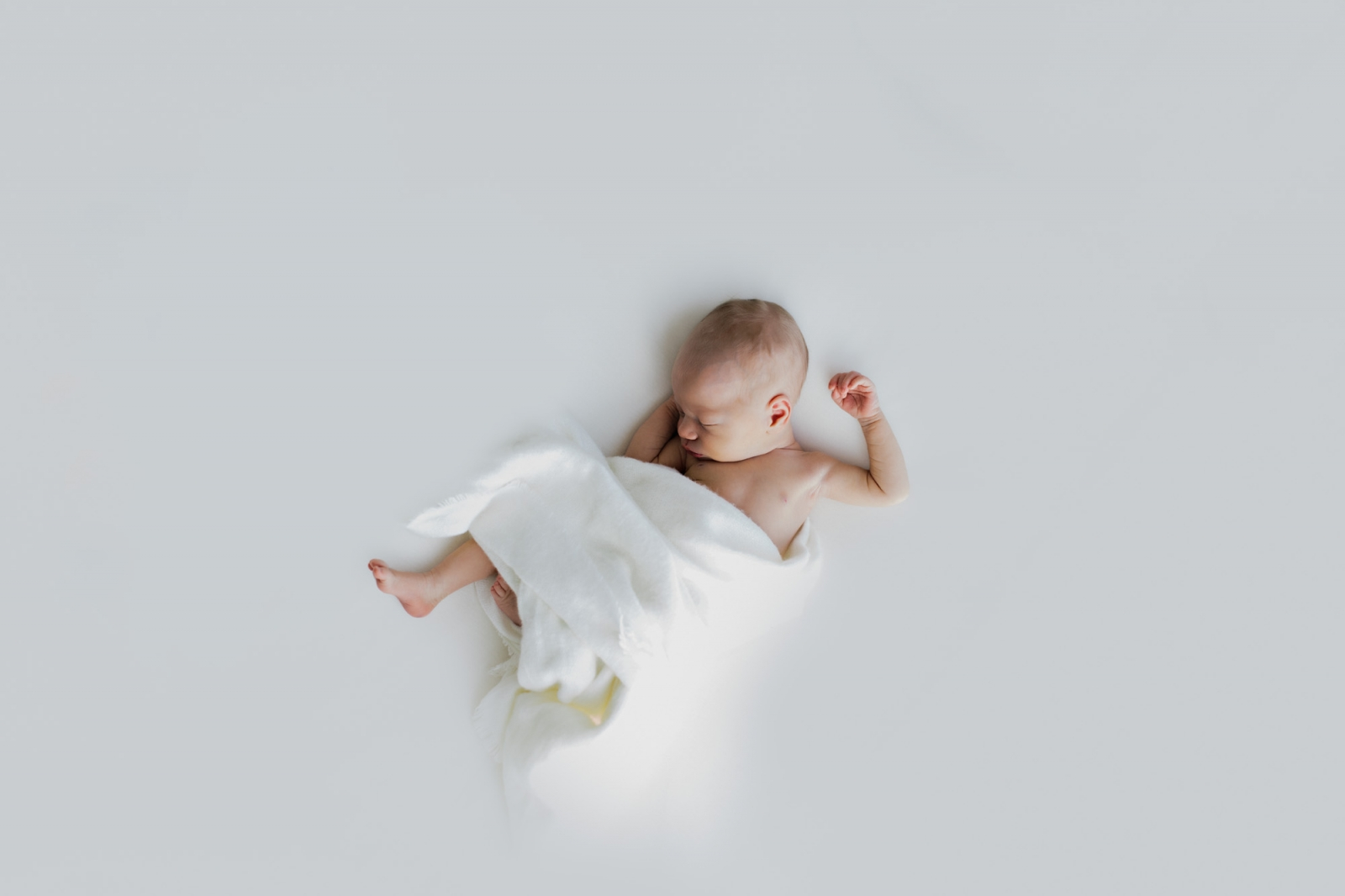 Liebevolle Neugeborenenfotografie in Bamberg von Catherine Schmitt // Neugeborenes in Weiß // www.catherineschmitt.de